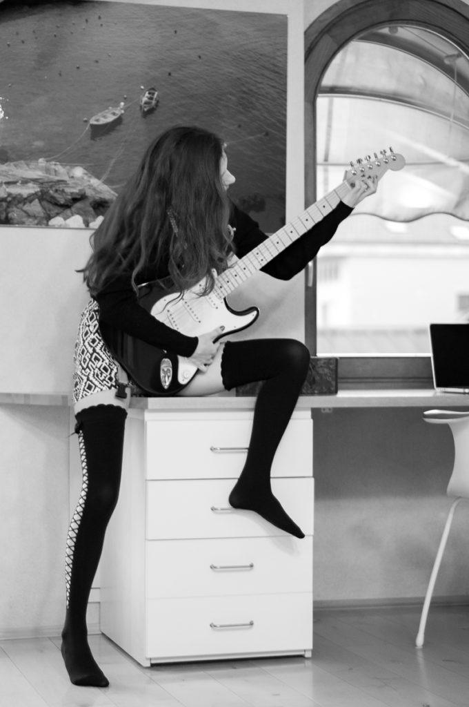 MY OUTFIT  Ciorapii peste genunchi și o chitară