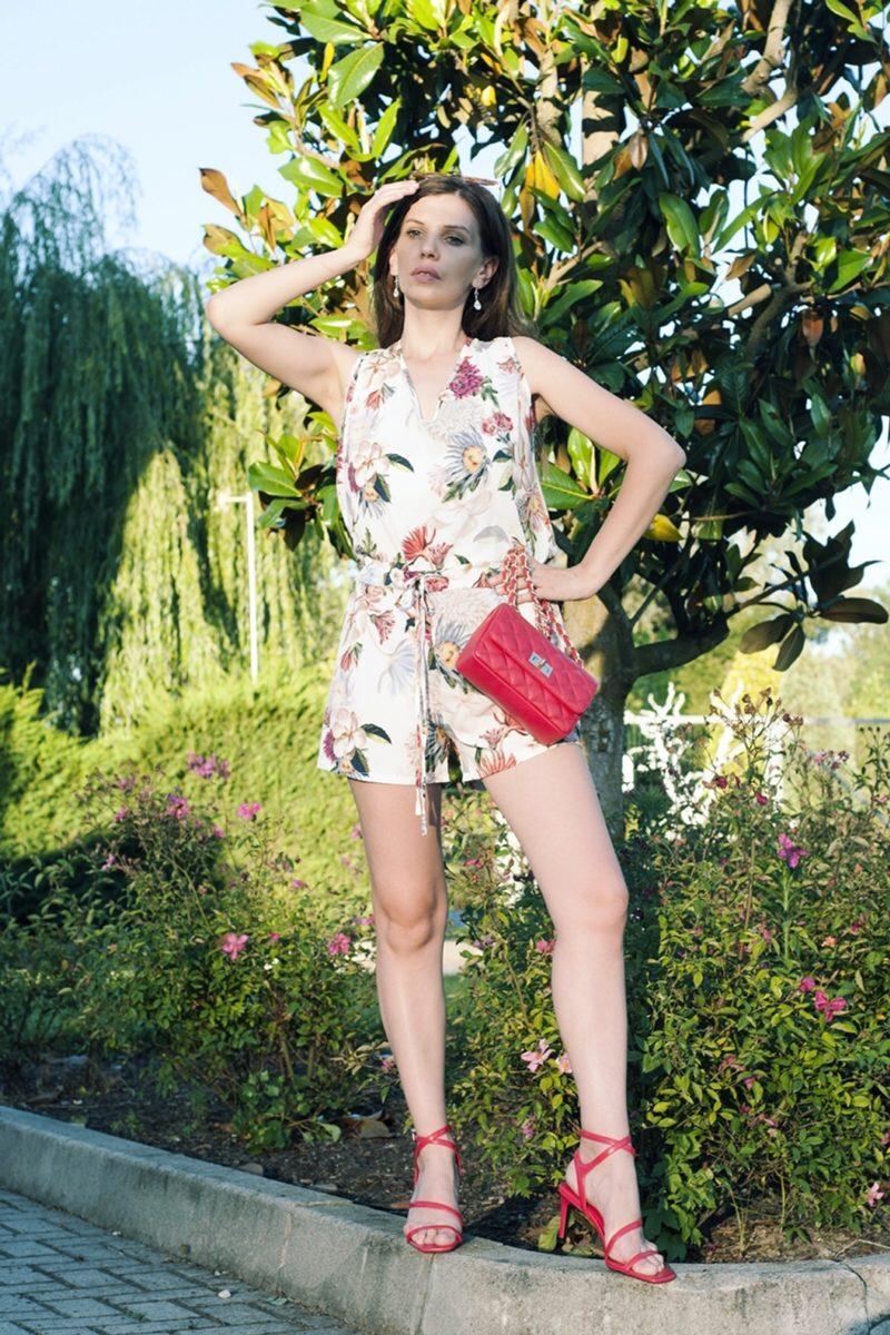 MY OUTFIT  Must-have: Salopeta scurtă înflorată, vara